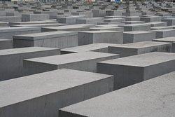 A quantidade dos blocos representa bem a enormidade e monstruosidade do genocídio.