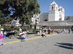 la chiesa e la piazza principale di Maca