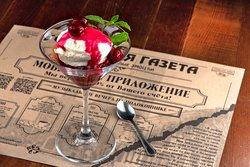 десерт Филадельфия с вишневым соусом