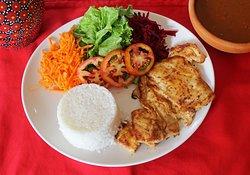 Filé de frango grelhado acompanhado de arroz, feijão e salada.