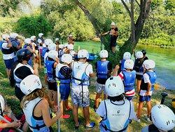 La fase di briefing a terra, prima della discesa di rafting, è molto importate. Le nostre guide spiegano quali le regole da seguire per la nostra sicurezza e in che modo le attrezzature vanno utilizzate in fiume.