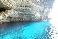 magnifique l'eau transparente dans les grottes !