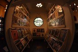 Tenemos una colección abundante de discos de vinil a la venta y para escuchar mientras te tatuas