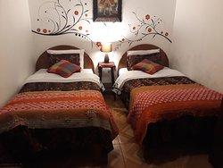 la habitacion doble 2 camas, con baño privado ducha caliente, tv cable y wifi.
