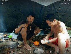 Ongat und Doni beim Kochen