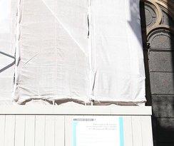 Incroyable, l'église est toute bâchée. Derrière la bâche, ce sont des échafaudages. Les travaux vont durer jusqu'en 2023!!!  Par contre il est possible de visiter l'intérieur
