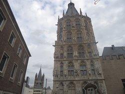 Niestety przed arkadami trwały prace budowlane i część placu przed Ratuszem była niedostępna .