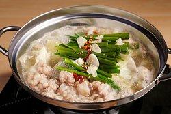 華善のもつ鍋 ベーシックな醤油もつ鍋、うちだからこそできる!水炊きスープを使った塩味もつ鍋、味噌坦々風のスープがクセになる?!こってりとした深い味わいの赤もつ鍋。