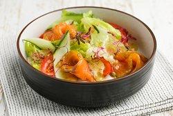 Салат с лососем и свежими томатами