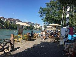 """Sommer am Rhein bei der Münsterfähre. Auch erhältlich bei uns sind die Schwimmsäcke für einen entspannten """"Schwumm"""" im Rhein."""