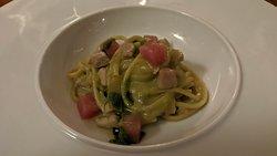 Spaghetti con crema di asparagi, tonno crudo e tonno cotto.