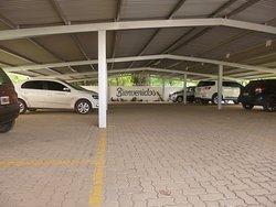 Estacionamiento cubierto y monitoreado.