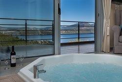 Pasithea Honeymoon Suite - the hot tub.