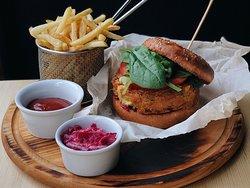 Beef Burger біфштекс з яловичини, сир чеддер, томати, майонез. Подається з соусом тартар - 215 грн.