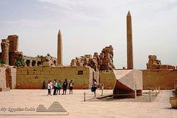Besichtigen Sie den Karnak-Tempel, da bewundern Sie die größte Säulensaal der ganzen Welt.  Informieren Sie wie die alten Ägypter diese 134 Säulen ohne Maschinen gebaut beschriftet und bemalt haben genießen Sie die Farben, die  bis heute trotz Sonne, Zeit, Regen, Sandstürme übrig geblieben sind. trotz alles kann man heute noch Farben sehen  Wie sie aus dem Berg solche Obelisken oder Statuen aus Granit geschnitten transportiert und aufgestellt haben.  Da sehen Sie auch Götter, Göttinnen, Königinn
