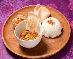 """枝豆のキーマカレー Keema Curry with Edamame ¥1,230 18種のスパイスを使いじっくり煮込んだキーマカレーは、枝豆がたっぷり入った「キーママター」。ヨーグルトやココナッツミルクを使ったマイルドな辛さです。枝豆の触感がGOOD!ジャスミンライスにはタイの最高級米、『ゴールデンフェニックス』を使っています。えびせんつき。セットでドリンクも付けられます。 """"Keema Matar"""" made with thoroughly stewed keema curry with 18 different spices and lots of edamame. Mild spicy taste with yogurt and coconut milk. Pleasant texture of edamame! We use Thai's premium grade """"Golden Phoenix"""" jasmine rice. Comes with shrimp crackers. It includes a drink."""