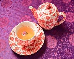 バラウーロン茶(ホットのみ) Rose Oolong Tea (Only Available in Hot) ¥510 当店一番の人気のドリンクメニューです。ほのかに香る花びらと蕾と厳選した鉄観音をブレンドしました。 Our store's no.1 popular drink. A blend of fragrant rose petals and rose bud with carefully selected Tie Guan Yin oolong tea.