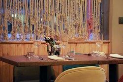 La nostra sala ha i colori delle stanze calde di una tipica casa andina peruviana. Legno, corde quipus, ceramica.