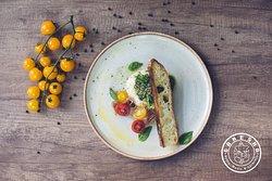 Burrata , Pesto de albahaca, cherry, Jamon crudo y Toston casero.