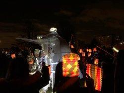 Musiciens et «échassières» lumineux ont fait patienter agréablement la foule au Parc de Loisirs du Fort de Stains