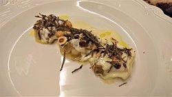 Ravioles de foie gras de canard pochées à l'huile de noisette du Piémont et Truffes de Bourgogne.