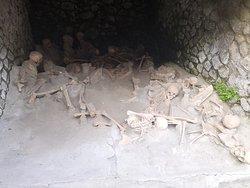 Scheletri di persone morte durante l'eruzione.