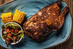 Pollo campesino: Medio pollo marinado y ahumado durante 3 horas y terminado con textura crocante. 🤤