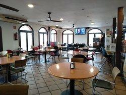 Zona del bar y pincho de tortilla y torreznos.