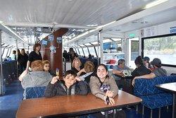 En el interior del barco se puede tomar y comer algo propio o comprando en el buffet a bordo.