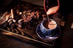 Вы когда-нибудь пробовали живое какао от из натуральных смолотых какао-бобов?  Вы ощущали этот манящий шоколадный аромат? А как горячий глоток волшебного напитка обволакивает своим потрясающим вкусом, согревает и поднимает настроение? У нас есть, чем вас удивить!