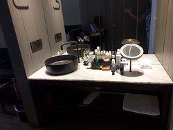De wastafel...IN de kamer (douche en toilet zijn wel afgesloten door een deur)