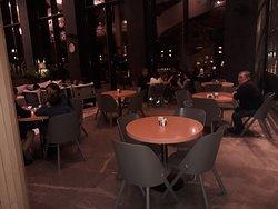 Zes tafeltjes op gewone hoogte in de hoofdbar... veel te weinig voor 600 kamers...