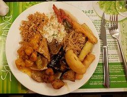 Segundo plato con un poco de todo, cerdo agridulce, verduras en tempura, varios arroces y fideos, tofu, filetitos de seitán y las exquisitas setas shitake.