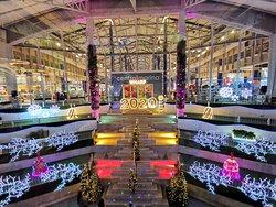 จุดถ่ายภาพไฟประดับช่วงเทศกาลคริสมาสต์แบบนี้ ต้องที่นี่เลย Marina Wharf @ Central Marina  มาที่นี่ได้ภาพกลับไปเยอะจนเลือกไม่ถูกแน่นอน