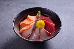 Salmon Akami Hamachi Don (Sashimi top on japanese rice