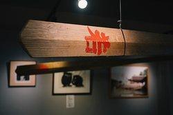 管絃祭(かんげんさい)は、潮の干満が最大となる旧暦6月17日に行われる厳島神社の祭礼行事で、天神祭(大阪府)、ホーランエンヤ(島根県)とともに日本三大船神事と言われています。平安の船遊びを今に伝え、広島湾全域を舞台とした壮大な祭り。博多屋は町屋の中で唯一、管絃祭御座船を引く江波漕伝馬の休憩所をつとめてまいりました。 The Kangensai, one of Japan's three major boat rituals along with Osaka's Tenjin-sai and Shimane's Horan-enya, is a festival held at Itsukushima Shrine on June 17th of the lunar calendar, which usually falls between late July and early August. Set in the entire Hiroshima Bay area, it is a spectacular festival conveying the elegant floating
