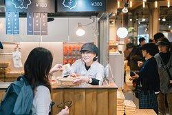 揚げたてコーナー 揚げたてのもみじまんじゅうと揚げたてのがんす Deep-fried simple snack traditionally enjoyed by workers at Momiji Manju and fluffy and piping hot, inside this crispy coating is a creamy fish surimi.