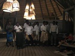 Präsentation der Angestellten, mit Gesang über Land und Leute