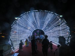 Un tunnel illuminé a été installé sur la place à l'occasion des fêtes de fin d'année.