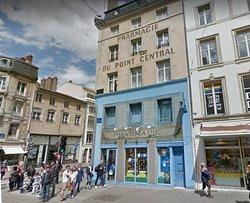 Nancy - place Charles III - un peu plus loin, au croisement de la rue St Georges & St Dizier, la pharmacie Centrale Art Déco, vue1