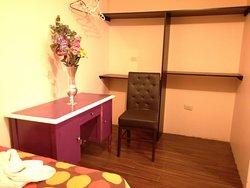 Habitaciones amplias con escritorio Y PERCHEROS.