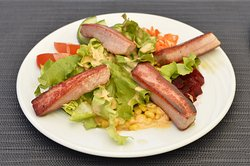 Salade de thon mi-cuit sur lit de crudités
