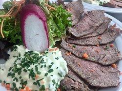 Roastbeef kalt mit hausgemachter Remouladensauce und Bratkartoffeln