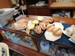 レジカウンターの上は、サンドイッチや総菜パンが。
