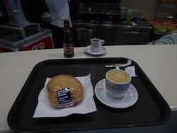 Sandwich mit leckeren Schweinebraten und dazu einen typischen portugiesischen Kaffee