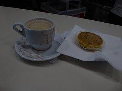 Einen typischen portugiesischen Mandelkuchen mit Kaffee