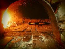 dans un four  antique se forme  la fameuse madfouna <<pain farcie filali authentique<<