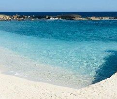 Как видите, пляж очень красивый и защищен от волн.