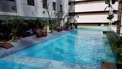 Hotellin uima-allas kerroksessa 6 aamupalan vieressä.