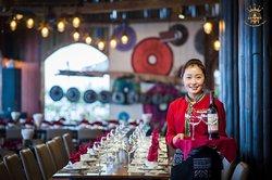 Nhân viên phục vụ trong nhà hàng Sapa Sky view Restaurant & Bar